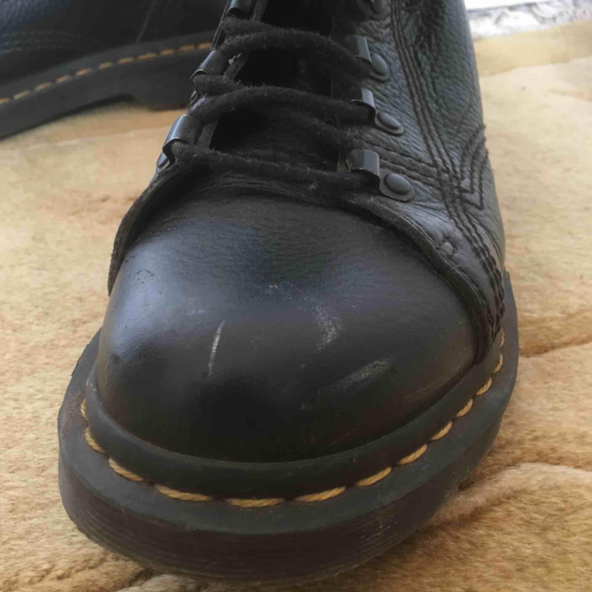Svarta doctor martens, köpta 2018, sparsamt använda. Liten slitning på ena skons framkant, se bild 3.. Skor.