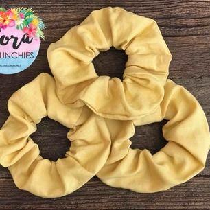 Handgjord scrunchie i härlig pastelgul färg.  Produktnamn: Solsken @florascrunchies på instagram! Frakt 10kr 💗