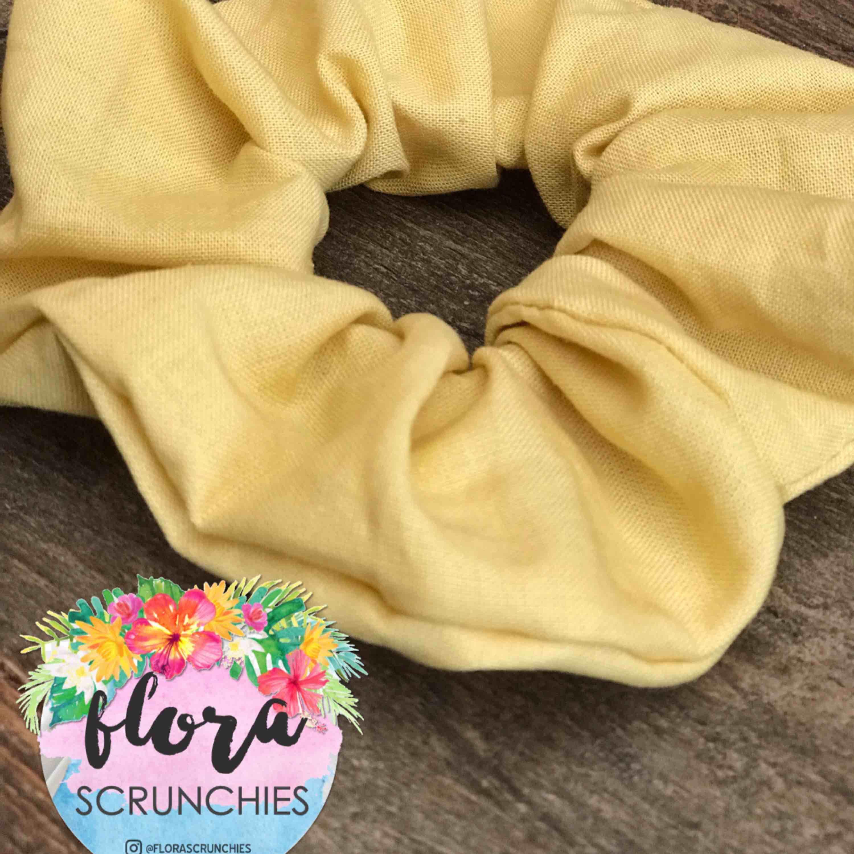 Handgjord scrunchie i härlig pastelgul färg.  Produktnamn: Solsken @florascrunchies på instagram! Frakt 10kr 💗. Accessoarer.