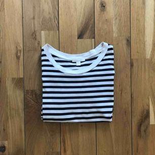 Basic t-shirt från Cos! Använd men i fint skick🌸