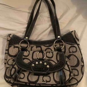 Guess väska som är köpt på en secondhand butik, den är som ny! Frakten ingår i priset