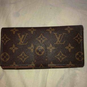 Säljer denna väska, köpt på second hand för 2000kr så skulle tro att den är äkta, iallafall äkta läder. Sälj pga kommer inte till användning
