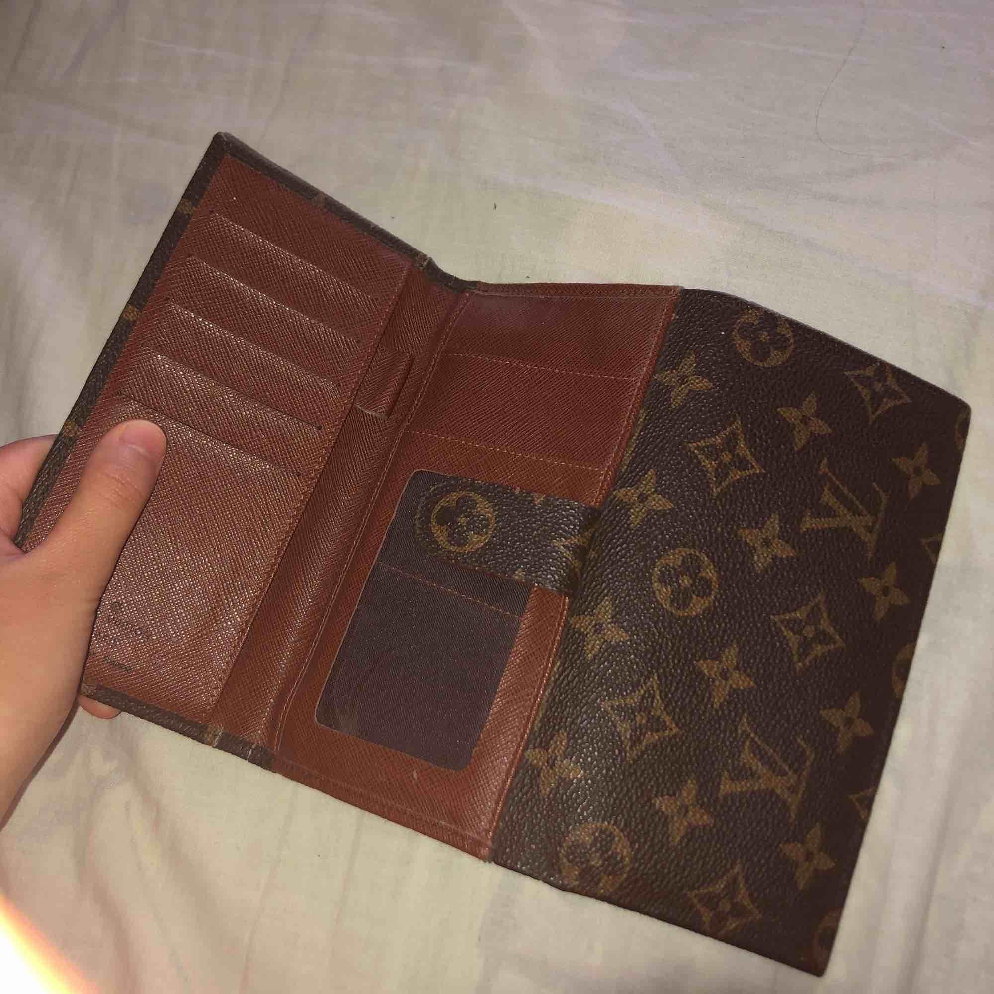 Säljer denna väska, köpt på second hand för 2000kr så skulle tro att den är äkta, iallafall äkta läder. Sälj pga kommer inte till användning . Väskor.