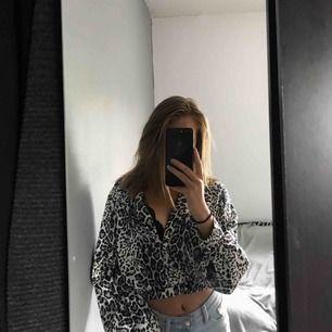 Leopard mönstrad tröja från BikBok☺️ Storlek m men passar bra på mig som har XS/S Köparen står för frakt