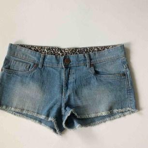 Blåa jeansshorts med några synliga trådar (se bild 3) 💙 frakt tillkommer