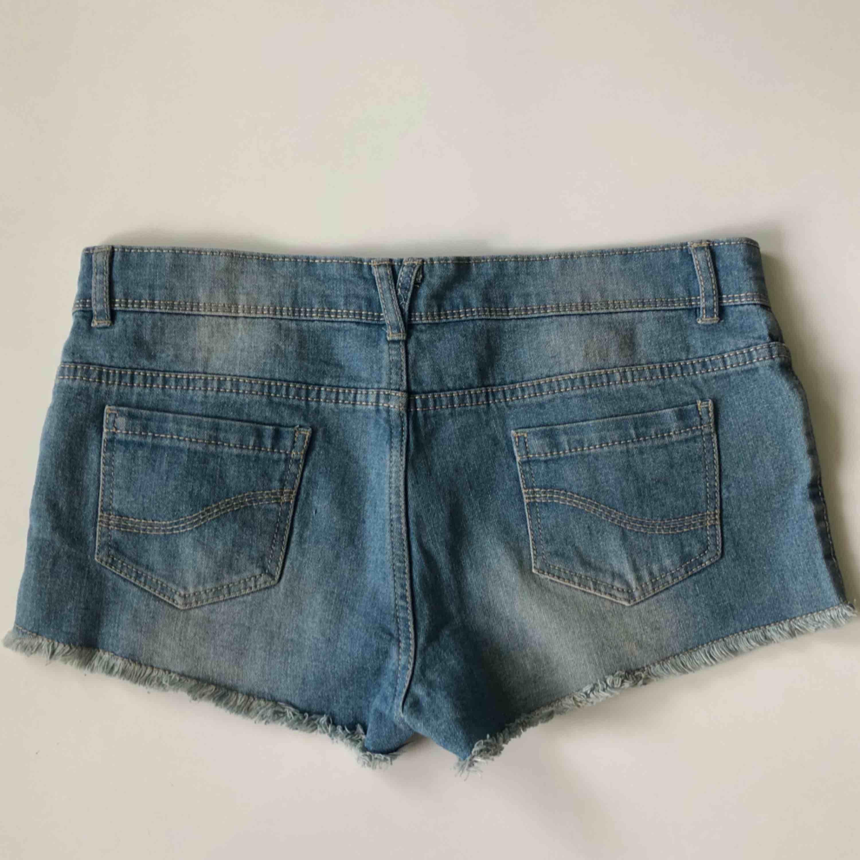 Blåa jeansshorts med några synliga trådar (se bild 3) 💙 frakt tillkommer. Shorts.