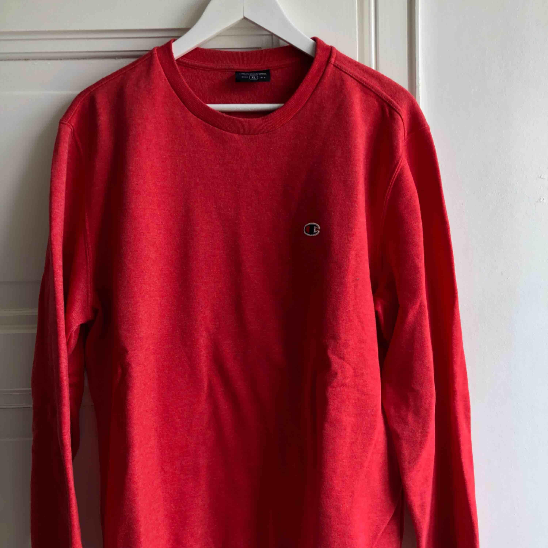 Sparsamt använd röd sweater från champion  Kom med bud . Tröjor & Koftor.