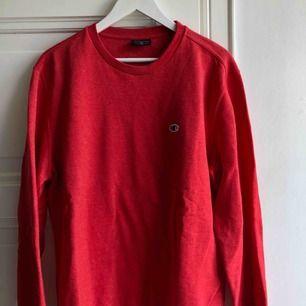 Sparsamt använd röd sweater från champion  Kom med bud