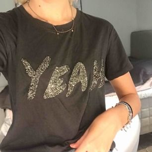Tshirt med coolt tryck i glitter