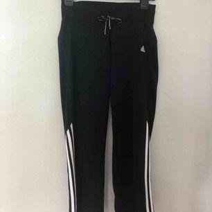 """Straight leg Adidas byxor. Köpta från Beyond Retro. Slutar vid ankeln på mig som är 157 cm. Byxorna har inga fickor men liknande """"sömndetaljer"""" vid höfterna. Köparen står för frakten.💕  Kontakta gärna vid intresse!✨"""