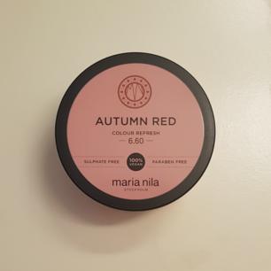 En colour refresh hårfärg i färgen AUTUMN RED från maria nila. Fick den i present och har därför inget kvitto, men det var inte rätt nyans så jag säljer den nu. Självklart så är den oöppnad. Fraktkostnad ingår i priset.