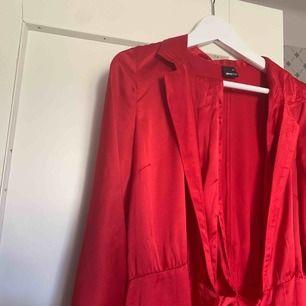 Röd klänning från Gina Tricot inköpt 2018. Använd endast en gång! Knytband i sidan och lite vida ärmar