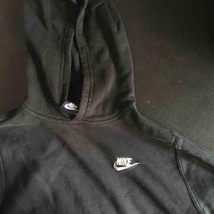 En svart/mörkgrå Nike hoodie som tyvärr har blivit lite för liten för mig:(