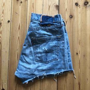 Snygga Levis 501 shorts. Supersköna men har tyvärr blivit för små för mig. Möts upp i centrala Stockholm annars står köparen för frakt:)