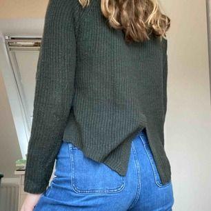 Mörkgrön stickad tröja från Only med en längre baksida med delning längst ner och en croppad framsida. Använd innan men sparsamt. Står XS i den men den passar en S. Frakt tillkommer. Skriv för mer info.