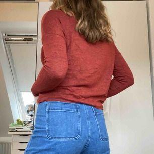 Tunn långärmad tröja med röd/svart spräcklig färg. Står XS i den men den passar en S. Lite kortare än en vanlig tröja. Frakt tillkommer. Skriv för mer info.