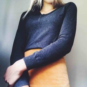 Fin grå stickad tröja från Zara. Sparsamt använd tröja som passar till det mesta! Är i storlek M men sitter bra på mig som vanligtvis är S. (Frakt tillkommer)