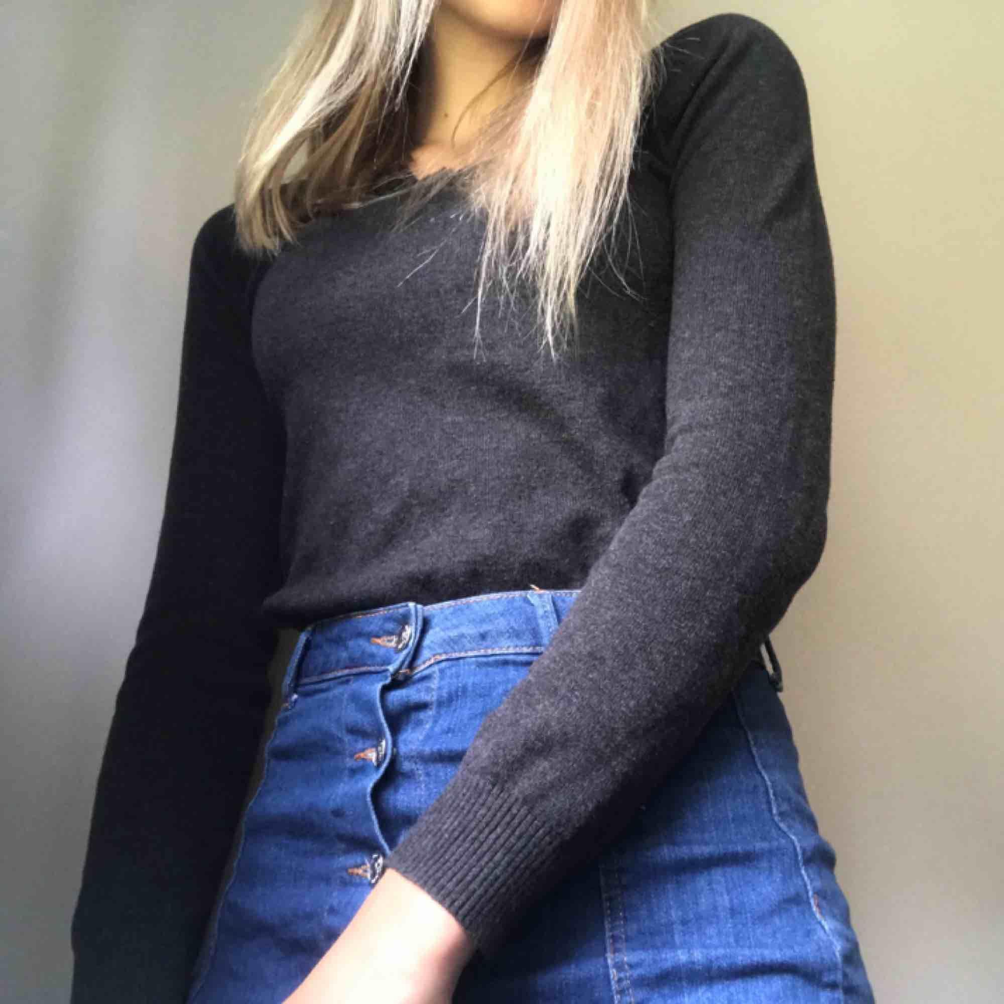 Fin grå stickad tröja från Zara. Sparsamt använd tröja som passar till det mesta! Är i storlek M men sitter bra på mig som vanligtvis är S. (Frakt tillkommer). Stickat.