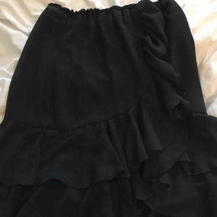 Volangkjol som egentligen är en avklippt klänning men det är inget som syns, kan skicka fler bilder om de önskas💕