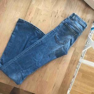 """Jeans från JC i storlek 25/32. Modellen är """"flare"""""""