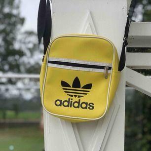 Adidas väska, köpt i Turkiet. Väskan har två  fack. Kan mötas och även postas. Swish eller kontanter. Skriv vid intresse.