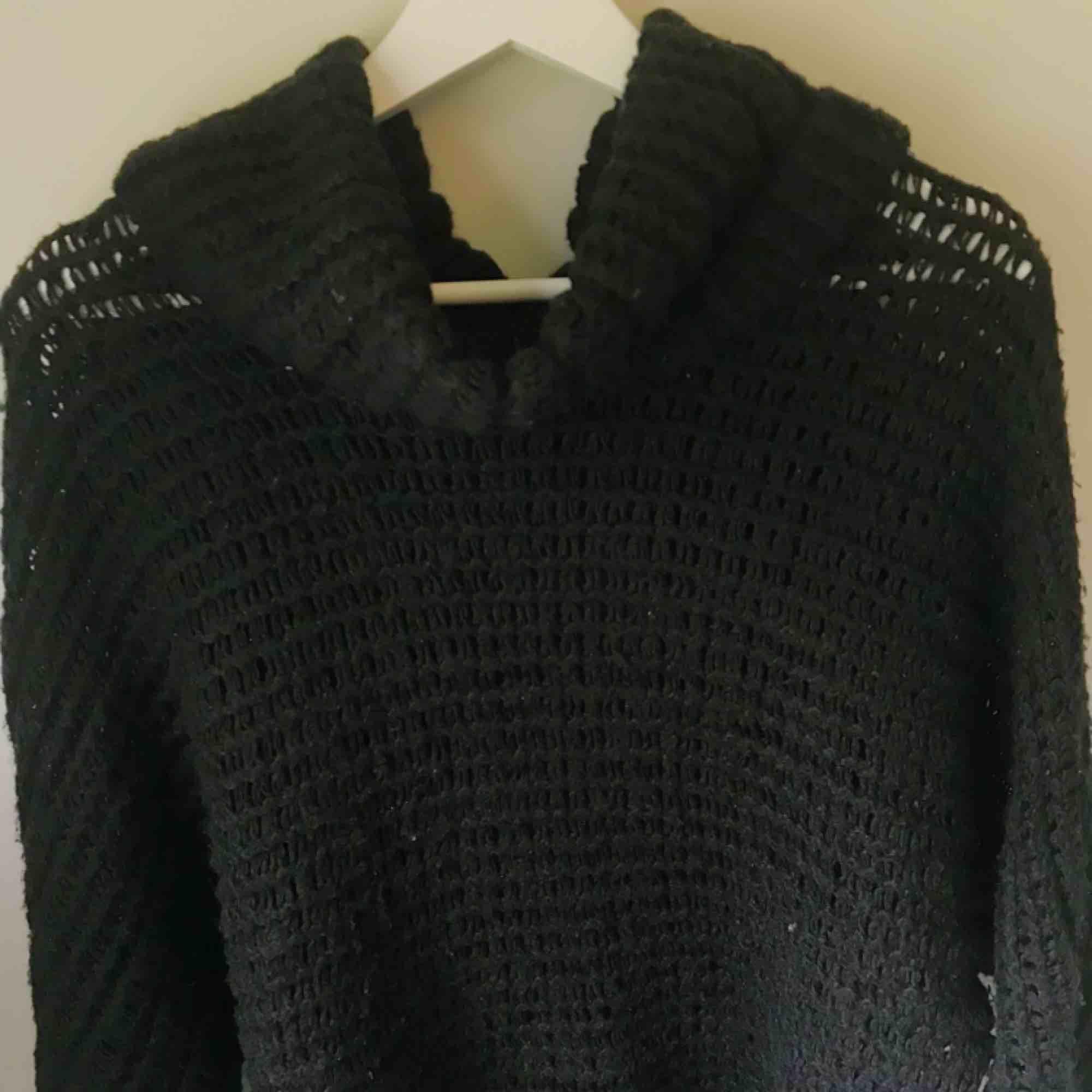 Svart, grovt stickad tröja från JC som tyvärr  inte gör sig rättvisa på bild. Ganska lång och riktigt mysig! Relativt stor för att vara S, skulle mer säga M. (Frakt tillkommer). Stickat.