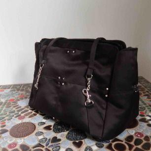 Söt handväska med blingiga detaljer från okänt märke! Materialet skimrar liite🌟✨