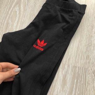 Snygga tights i stril XS från märket adidas. Frakt tillkommer 😊