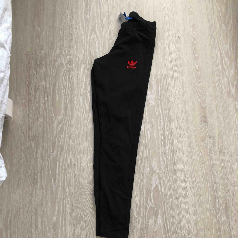 Snygga tights i stril XS från märket adidas. Frakt tillkommer 😊. Jeans & Byxor.