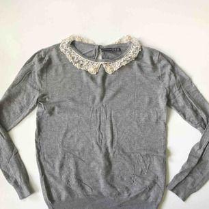 Tunn grå sweatshirt med fina detaljer runt halsen, köpt på Primark, endast använd 2-3 gånger ☺️ frakt tillkommer