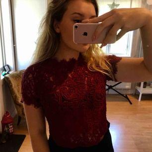 Vinröd spets t-shirt ifrån Zara✨ säljs inte längre och en mycket populär modell! Funkar till vardag och fest! 🤪