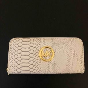 Vit MK plånbok. Använd en gång 💫