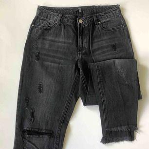 Mörkgråa/svarta jeans med mycket slitningar från Missguided, storlek 36 men små i storleken så passar mindre storlekar, använda ett fåtal gånger 🥰 frakt tillkommer