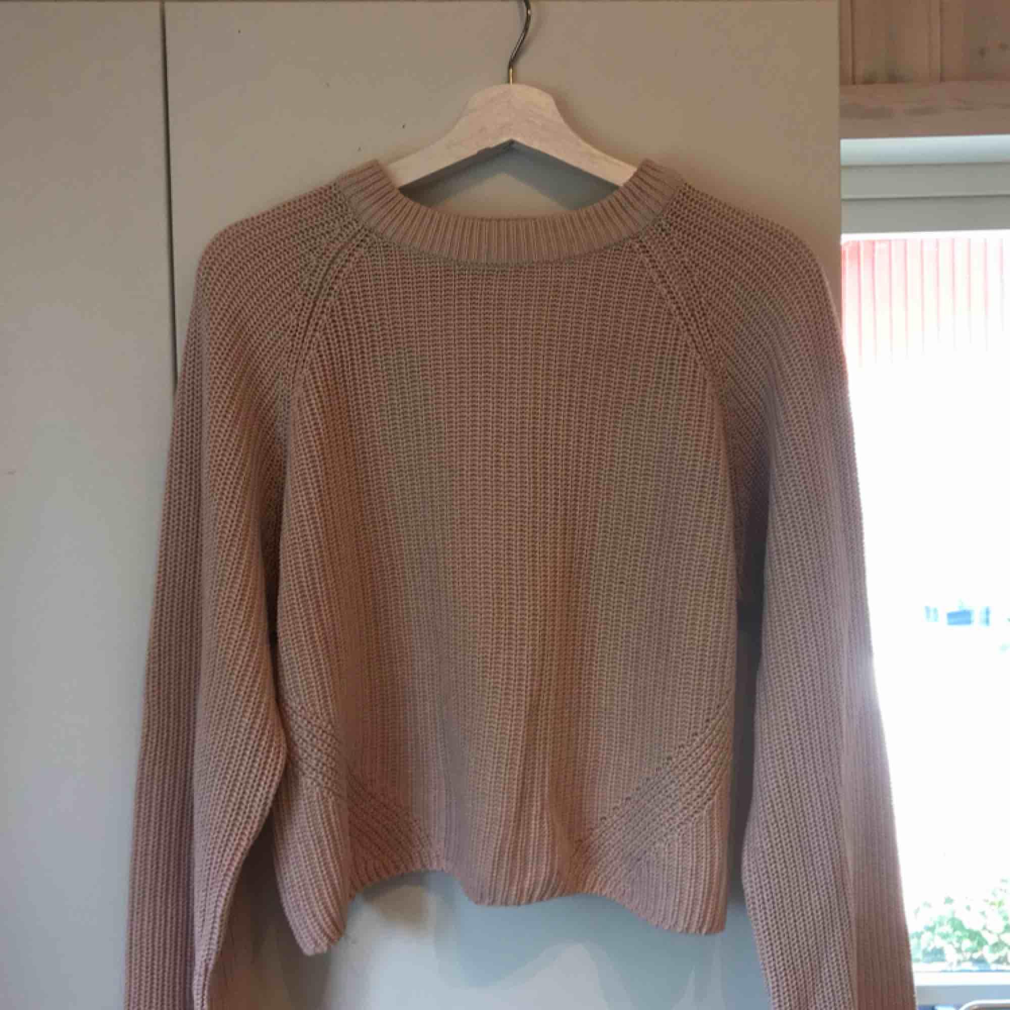 Stickad rosa tröja ifrån Gina ✨ lite urtvättad men annars en väldigt användbar tröja . Stickat.