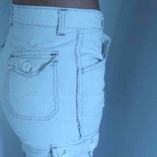 Beiga cargo shorts! Det står ingen storlek men dom passar mig perfekt som är en S/W 26.🥰 OBS! Dom är avklippta byxor, ingen söm