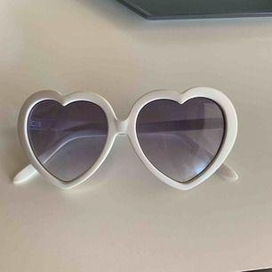 Vita hjärtformade solglasögon, bra skick inga repor. Säljare står för frakt