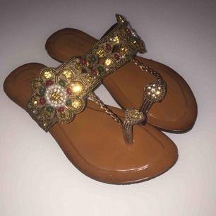 Sandaler med skimmrande stenar och pärlor. Stl 37. Helt ny. Säljs pga fel storlek. Jättefina!