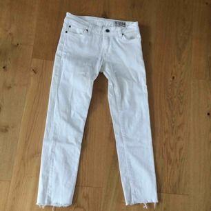 Vita jeans från crocker. Mycket bra skick bara använda 2 ggr. Avklippta då de var för långa för mig  Köparen står för frakt!