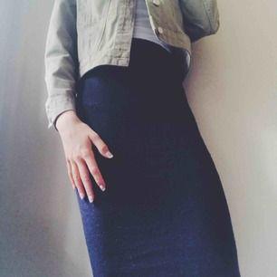 Lång stickat kjol sol går strax över knäna. Framhäver former väldigt fint. Kjolen är stickad och mörkblå. (Frakt tillkommer)
