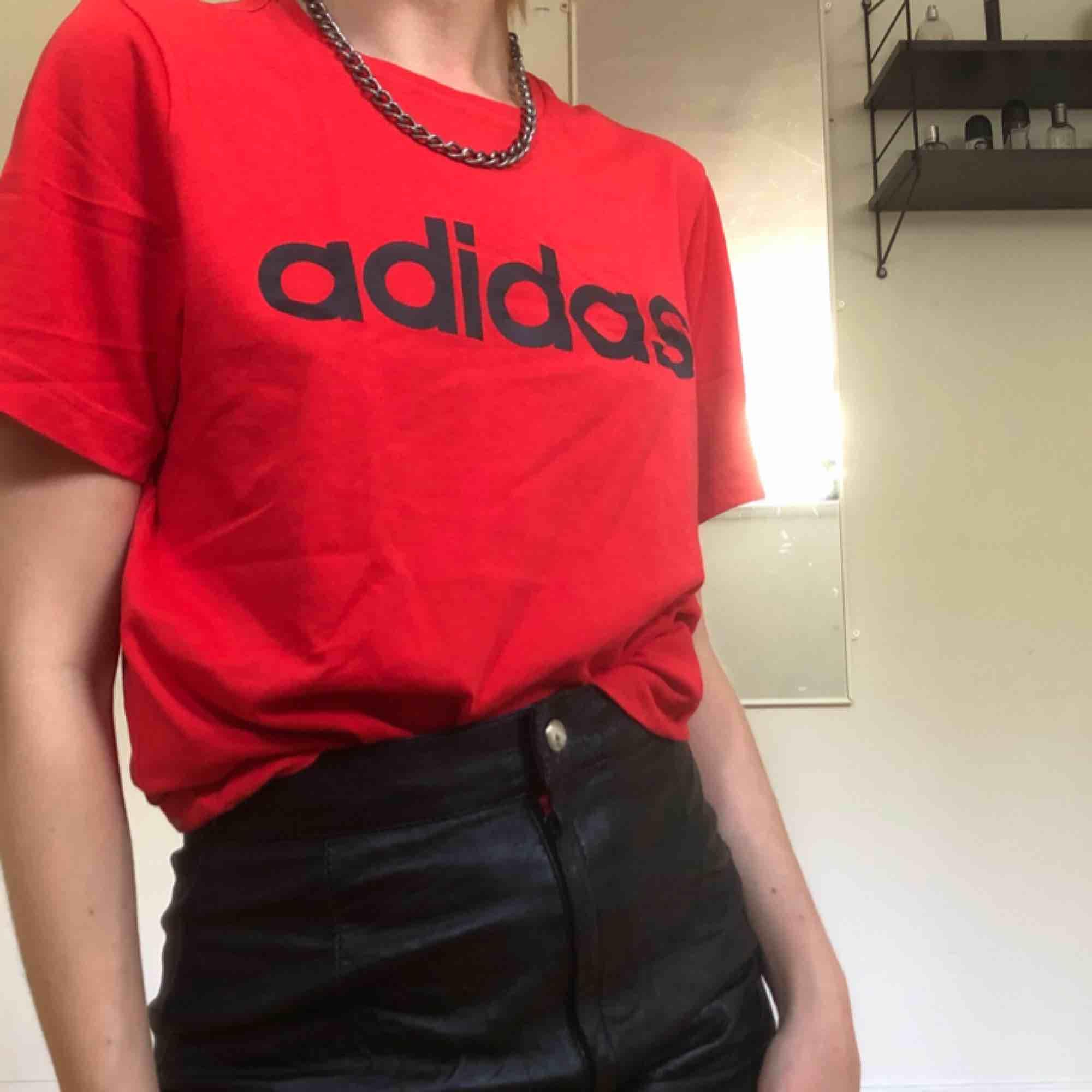 Röd Adidas t-shirt, helt oanvänd❤️ köparen står för frakt som landar på ca 60kr men möts även upp i Stockholm :). T-shirts.