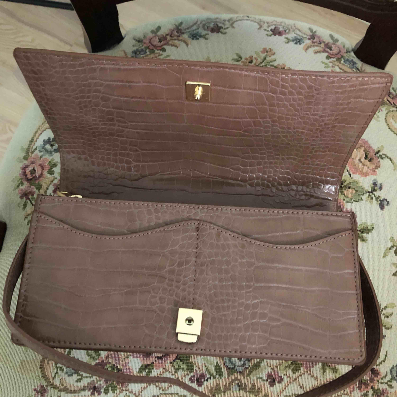 Helt ny och oanvänd väska från zara. Säljer pga kommer aldrig till användning.  Kan mötas upp i Västerås eller skicka på posten men då står du för fraktkostnaden.  Nypris 400kr. . Väskor.