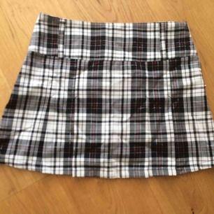 Schoolgirl kjol som jag haft länge o inte haft hjärta att göra mig av med då den är så himla söt! Nu när jag ätit upp mig passar den inte så hoppas nån annan vill ha den! Bra skick! Köparen står för frakt!