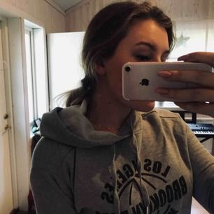 Grå croppad hoodie ✨ med tryck