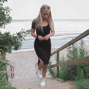Fin och bekväm svart highwaisted kjol med stretch, och med snitt vid benen. Storlek S, men passar även M. Endast använd 2 gånger ✨