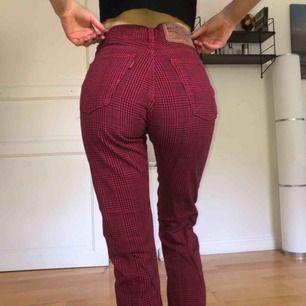 Röda och svart-rutiga jeans från Crocker, i retrostil. Aldrig använda men köpta second hand. Jättebra kvalité och snygg passform. Skriv för fler bilder! Köparen står för frakten mem möts även upp i Stockholm 🖤❤️