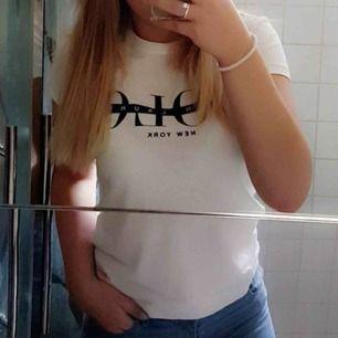 En polo Ralph lauren t-shirt i krämvit med marinblå text över bröstet, passar även en S, sparsamt använd och i väldigt bra skick, kontakta mig för fler bilder☺️💞