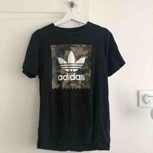 Svart Adidas T-shirt med Camo print. Frakt tillkommer.