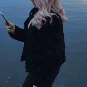 Den populära faux fur pälsjackan från vero Moda  Obs en knapp är trasig men går enkelt att sätta fast igen, för mer bilder eller info kontakta mig💞