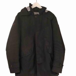 Moncler Raincoat med avtagbar luva Skicket är 7/10  Size 3 Vilket motsvarar Medium tror jag