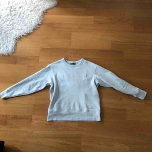 Acne Studios Sweatshirt i ljusblå. Skick 8/10. Size: XXS men passar xs/liten s
